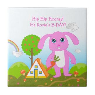ピンクのウサギを持つハッピーバースデーのパーティー タイル