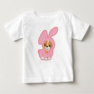 ピンクのウサギCosplayの犬 ベビーTシャツ
