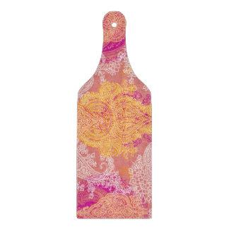 ピンクのオレンジペイズリーのインドの布パターン カッティングボード