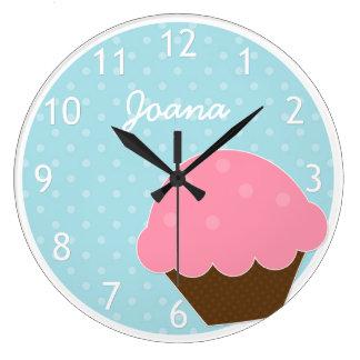 ピンクのカップケーキの青い水玉模様の名前入りな名前 ラージ壁時計