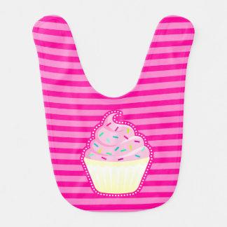 ピンクのカップケーキはとのベビー用ビブを振りかけます ベビービブ
