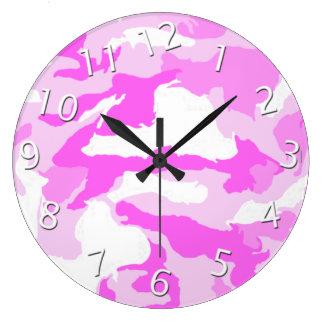 ピンクのカムフラージュの背景のデザイン ウォールクロック