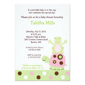 ピンクのカメおよび池Frのogのベビーシャワーの招待状 カード