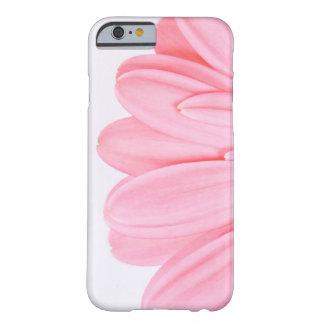 ピンクのガーベラの花弁 BARELY THERE iPhone 6 ケース