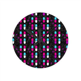 ピンクのグリッターの丸薬 ラウンド壁時計