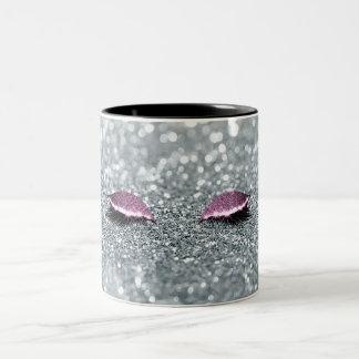 ピンクのグリッターの輝きの化粧は美しいの芸術家を注目します ツートーンマグカップ