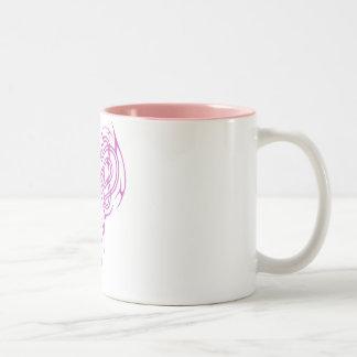 ピンクのケルト族のハートの結び目 ツートーンマグカップ