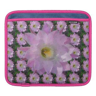 ピンクのサボテンの花 iPadスリーブ