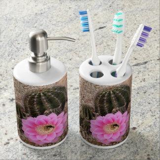 ピンクのサボテンの開花の歯ブラシスタンドのソープディスペンサー 歯ブラシスタンド
