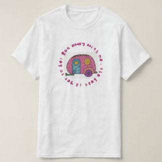 ピンクのシックなキャンピングカーのデザイン Tシャツ