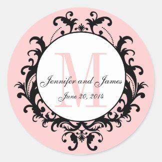 ピンクのシックな結婚式のモノグラムは日付のステッカーを示します ラウンドシール