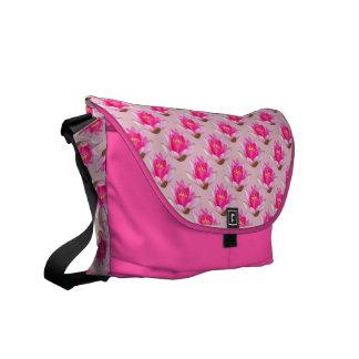 ピンクのスイレンのピンクの背景 メッセンジャーバッグ