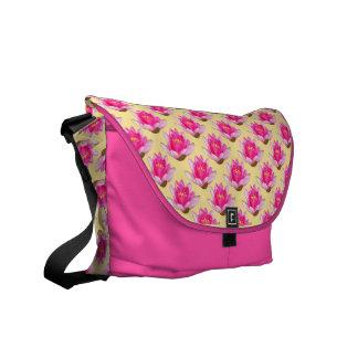 ピンクのスイレンの繰り返しの黄色の背景 メッセンジャーバッグ