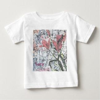 ピンクのスタイリッシュなトレンディーの© P Wherrellのろうけつ染めユリ ベビーTシャツ
