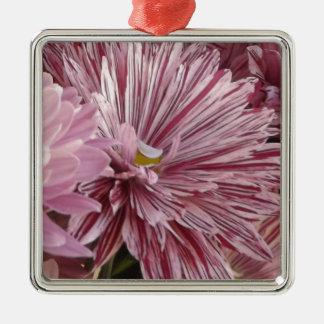 ピンクのストライプのな花 メタルオーナメント