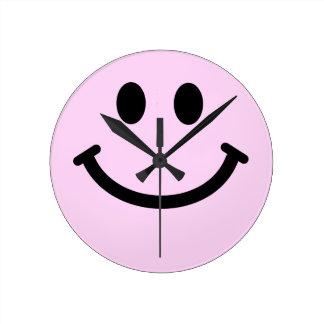 ピンクのスマイリーフェイスの柱時計 ラウンド壁時計