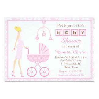ピンクのダマスク織のブロンドの期待の女の子のベビーシャワー カード