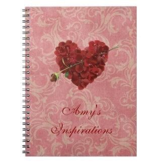 ピンクのダマスク織の赤いバラの花びらのハート ノートブック