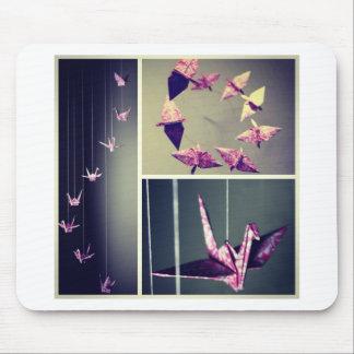 ピンクのダマスク織のorigamiクレーン螺線形の可動装置 マウスパッド