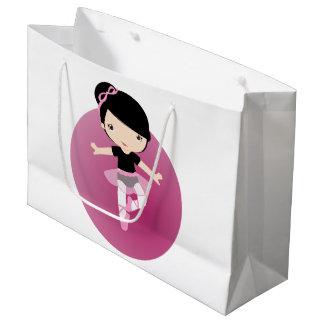 ピンクのチュチュの黒っぽい髪のバレリーナ ラージペーパーバッグ