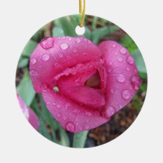 ピンクのチューリップの低下 陶器製丸型オーナメント