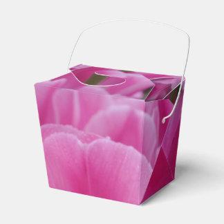 ピンクのチューリップの花は好意箱を取ります フェイバーボックス