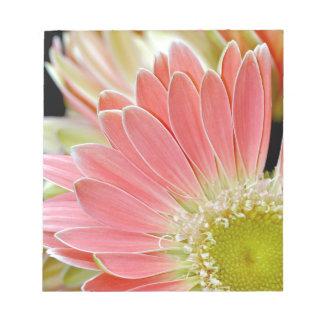 ピンクのデイジーの花の花 ノートパッド