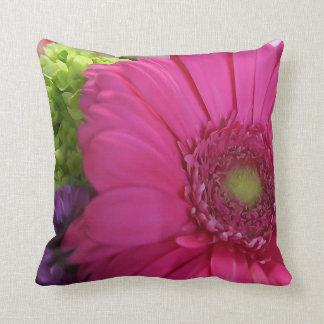 ピンクのデイジーの花の装飾用クッション クッション