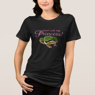 ピンクのネイルおよび口紅の写真を持つカエル Tシャツ