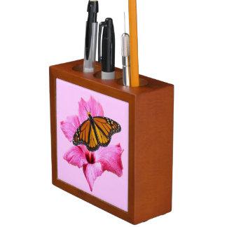 ピンクのハイビスカスの花のマダラチョウ ペンスタンド