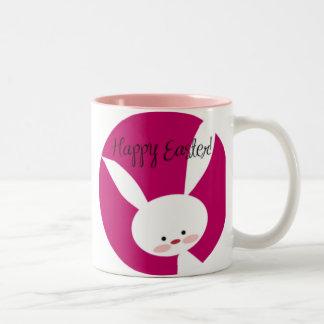 ピンクのハッピーイースターのバニー ツートーンマグカップ