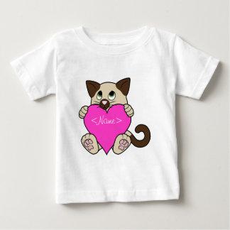 ピンクのハートのバレンタインデーのシャム猫 ベビーTシャツ
