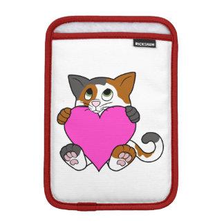ピンクのハートのバレンタインデーの茶色のぶち猫 iPad MINIスリーブ