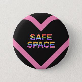 """ピンクのハートの形の輪郭の""""安全な宇宙"""" 缶バッジ"""