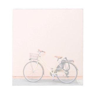 ピンクのバイクのバスケットの自転車2の車輪 ノートパッド