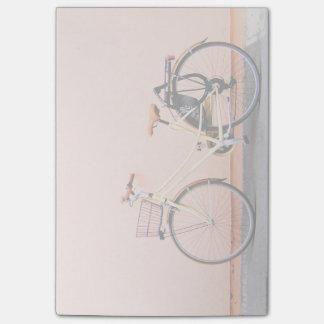 ピンクのバイクのバスケットの自転車2の車輪 ポストイット