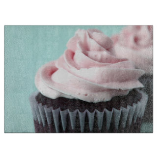 ピンクのバニラつや消しのチョコレートカップケーキ カッティングボード