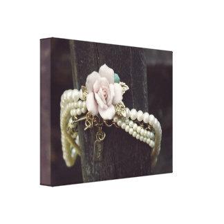 ピンクのバラが付いているヴィンテージの真珠のネックレス キャンバスプリント