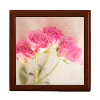 ピンクのバラの大理石の石の背景のコラージュのバラ ギフトボックス