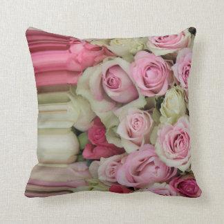 ピンクのバラの正方形のコラージュの枕 クッション