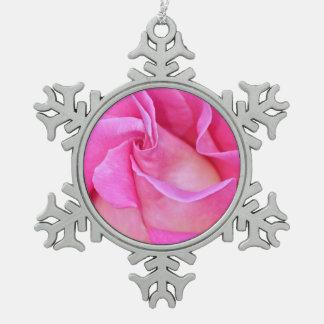 ピンクのバラの花びらのクリスマスのオーナメントを選抜して下さい スノーフレークピューターオーナメント