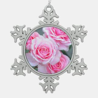 ピンクのバラの花 スノーフレークピューターオーナメント