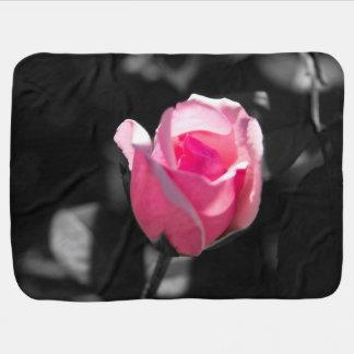 ピンクのバラの芽BW ベビー ブランケット