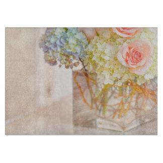 ピンクのバラの青いアジサイのつぼの花束のバラの花 カッティングボード