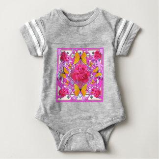 ピンクのバラの黄色い蝶モダンなピンクの庭 ベビーボディスーツ