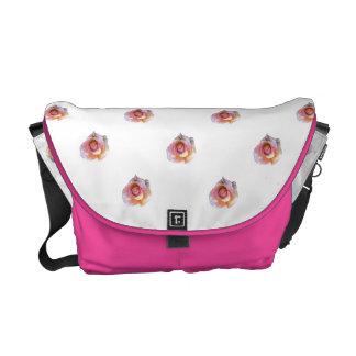 ピンクのバラ クーリエバッグ