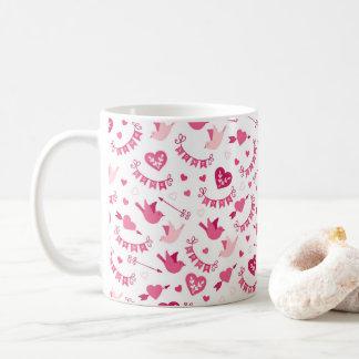 ピンクのバレンタインデーのハートの鳥の矢パターン コーヒーマグカップ