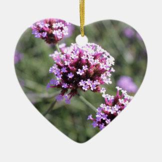 ピンクのバーベナの花の小枝のハッピーバースデーのハート セラミックオーナメント