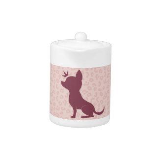 ピンクのヒョウのプリントの威厳のあるなチワワ