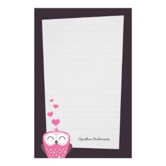ピンクのフクロウおよび愛ハートのノート紙(並ぶ) 便箋